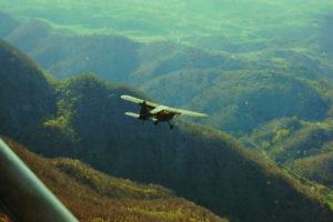 Uno Stinson L-5 sorvola i contafforti della Linea Gotica nella zona del Giogo-Monte Altuzzo