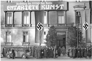 """1937: la mostra educativa """"Entartete Kunst"""" (Arte Degenerata) viene organizzata per accrescere il senso di repulsione del pubblico verso l'arte moderna e promuovere una campagna di epurazione della cultura Germanica da influenze e contaminazioni."""